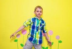 svart pojkedans för vuxen människa som dåligt dansar för dräkttonåring för grön jeans male barn för överkant arkivbilder