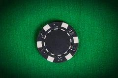 Svart pokerchip för makro på den gröna tabellen Royaltyfria Bilder
