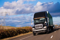 Svart pro-kraftig modern stilfull halv lastbil och släp på höjdpunkt Royaltyfria Bilder