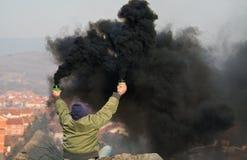 Svart rök bombarderar Arkivbild