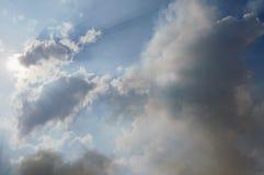 Svart rök från risfältbränningen som svävar och täcker molnet på himmel Arkivbilder