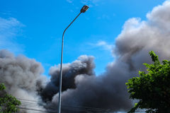 Svart rök och blå himmel Fotografering för Bildbyråer