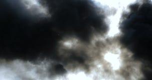 Svart rökbakgrund Solen som bryter till och med tjock svart rök arkivfilmer