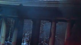 Svart rökresning ovanför brända byggande pelare, brännande hus arkivfilmer