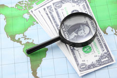 Svart ram och valuta för förstoringsglas på världen Royaltyfri Foto