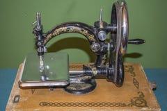 Svart retro symaskin i ett gammalt hus arkivbild