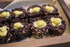 Svart ris rullar med avokadot och räkor Royaltyfri Bild