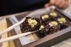 Svart ris rullar med avokadot och räkor Royaltyfri Fotografi