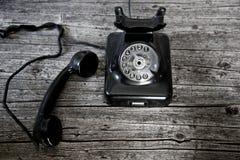 Svart roterande telefon med mottagareav-kroken Arkivbild