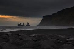 Svart sand av den Reynisfjara stranden på Vik I Myrdal, Island Arkivfoto