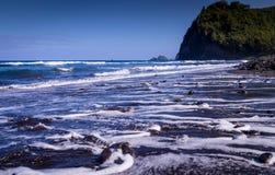 Svart sand Pebble Beach i den Pololu dalen, Hawaii royaltyfri bild