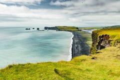 Svart sandstrand i Vik område i Island royaltyfria foton