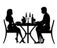 svart silhouette Man och kvinna p? datum i restaurang Tabell med r?tt vinflaskan, kandelaber och italiensk pasta huvudet f?r uppn stock illustrationer