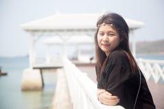 Svart skjorta för asiatiska kvinnor som står träterrassen Arkivbilder