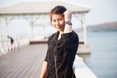 Svart skjorta för asiatiska kvinnor som står träterrassen Arkivfoto
