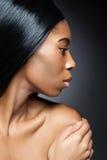 Svart skönhet med perfekt hud Fotografering för Bildbyråer