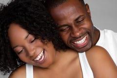 svart skratta för par Royaltyfri Fotografi