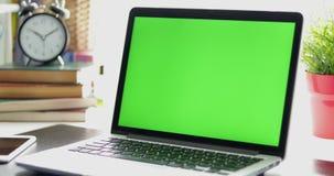 Svart skrivbord med en bärbar dator, en mobiltelefon och en digital minnestavla Två i en: 1 Göra perfekt för att sätta dina egna  lager videofilmer