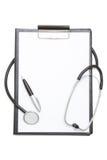 Svart skrivplatta med arket för tomt papper, stetoskopet och pennisolator Arkivfoton