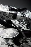 svart slågen in gåvawhite Arkivfoto