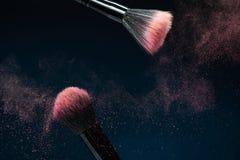 Svart sminkborste för professionell med rosa färgpulver arkivbild