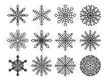 Svart snöflingasamling som isoleras på vit bakgrund Plan snösymbolsuppsättning Beståndsdel för julkalendern, inbjudan stock illustrationer