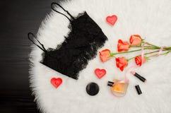 Svart snör åt överkanten, buketten av orange rosor, stearinljus, doft trendigt begrepp Arkivfoton