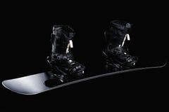 Svart snowboard med svarta band och svartkängor Royaltyfri Bild