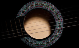 Svart soundholecloseup för akustisk gitarr Royaltyfri Foto