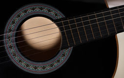 Svart soundholecloseup för akustisk gitarr Fotografering för Bildbyråer