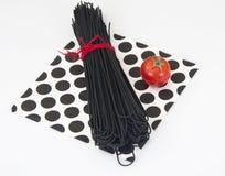 Svart spagetti med bläckfiskfärgpulver för skaldjur fotografering för bildbyråer