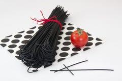 Svart spagetti med bläckfiskfärgpulver för skaldjur royaltyfria foton