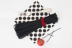 Svart spagetti med bläckfiskfärgpulver för skaldjur arkivbild