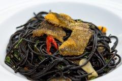 Svart spagetti med den avfyrade fisken Royaltyfri Bild