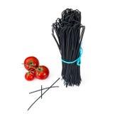 Svart spagetti på vit bakgrund arkivbild
