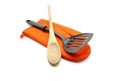 Svart spatel med matlagningskeden och Potholderhandsken Royaltyfri Foto