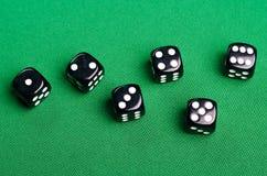Svart spela tärning för kasino på en grön bakgrund fotografering för bildbyråer