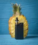 Svart sprejflaska och ananas Royaltyfri Foto
