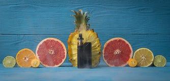 Svart sprejflaska som omges av citruns Arkivbilder