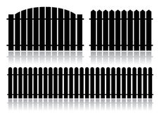 svart staket isolerad white Arkivfoto