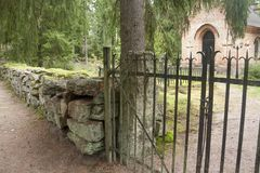 Svart staket på det gamla kapellet på den Wrede familjkyrkogården 4 September 2018 - Anjala, Kouvola, Finland arkivbilder