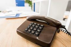 svart stationär telefon på trätabellen vektor illustrationer