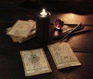 Svart stearinljus med tarokkorten Royaltyfri Foto