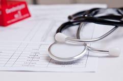 Svart stetoskop på en medicinsk analys Fotografering för Bildbyråer
