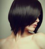 Svart stil för kort hår. Sexig kvinnlig modell Arkivbild