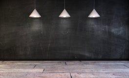 Svart svart tavla i tomt rum med lampor över stock illustrationer
