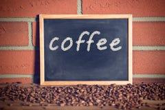 Svart svart tavla med kaffebönor Fotografering för Bildbyråer