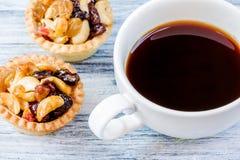 Svart syrliga kaffe och frukt Fotografering för Bildbyråer