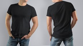 Svart t-skjorta för modell på muskulös grabb på grå bakgrund fotografering för bildbyråer
