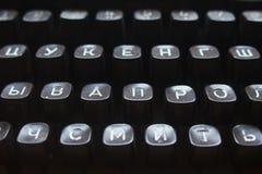 svart tangentbord av en mekanisk skrivmaskinscloseup för ryss Fotografering för Bildbyråer